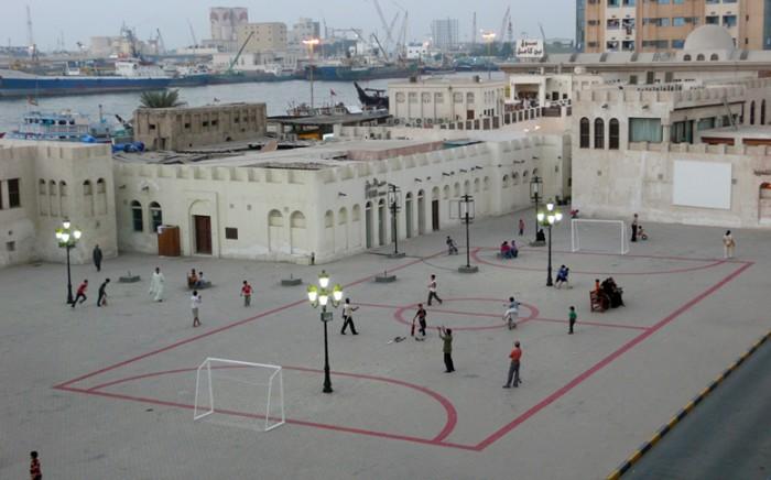 Intervención urbana que Maider López, artista que trabaja en/con el espacio público, planteó en Sharjah (Emiratos Árabes)